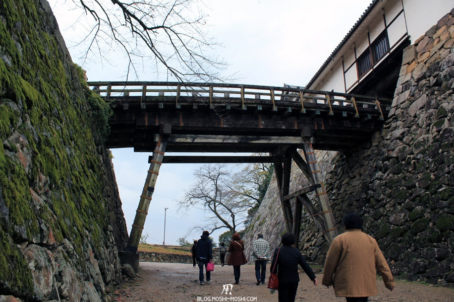 chateau-hikone-passage-sous-passerelle