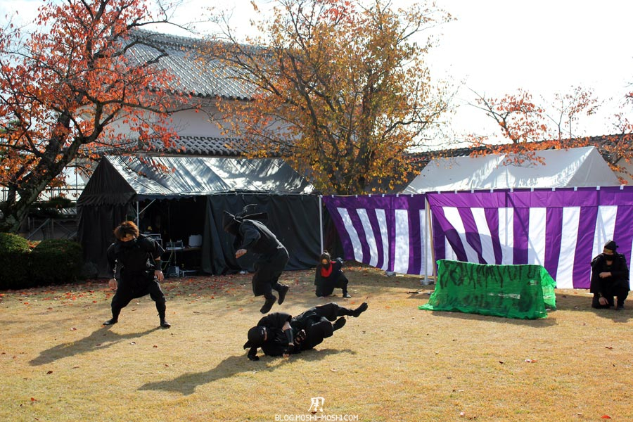 himeji-chateau-spectacle-ninja-attaque-roulade