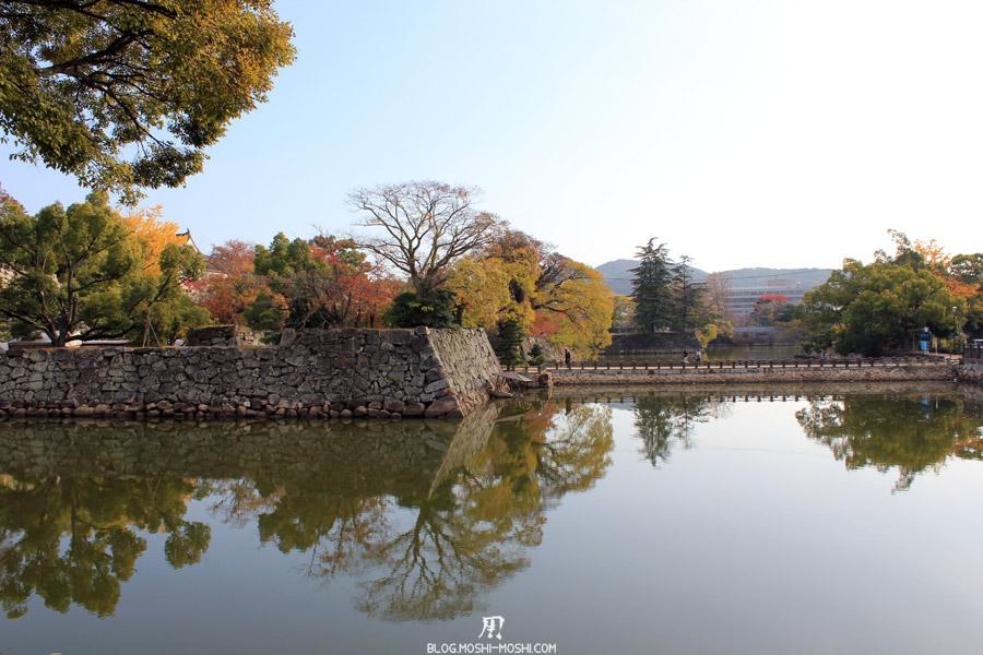 okayama-chateau-corbeau-saison-momiji-douves