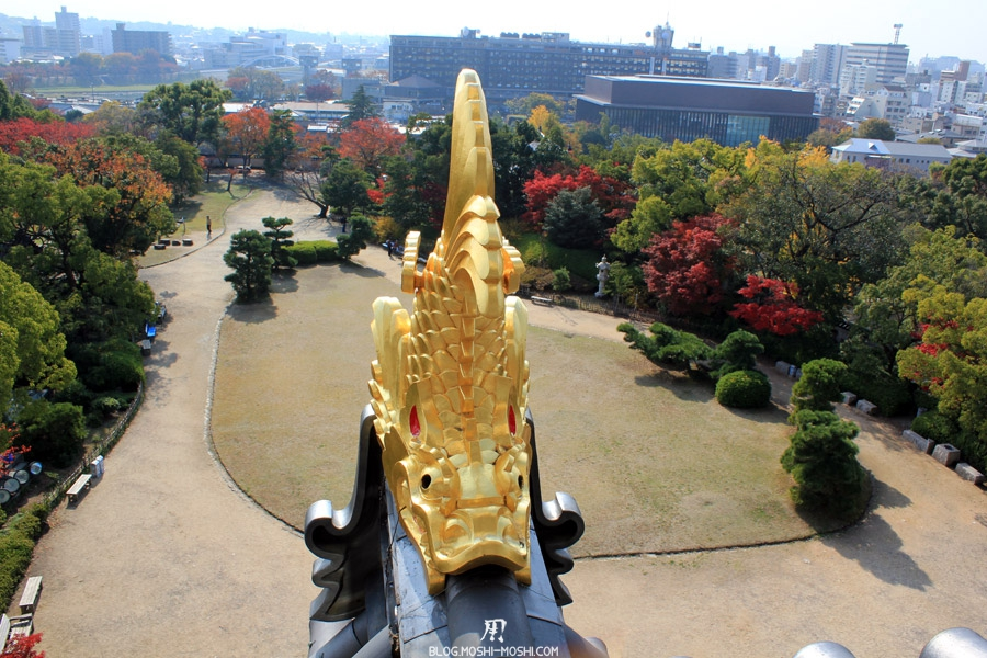 okayama-chateau-corbeau-saison-momiji-poisson-or-vue-jardin