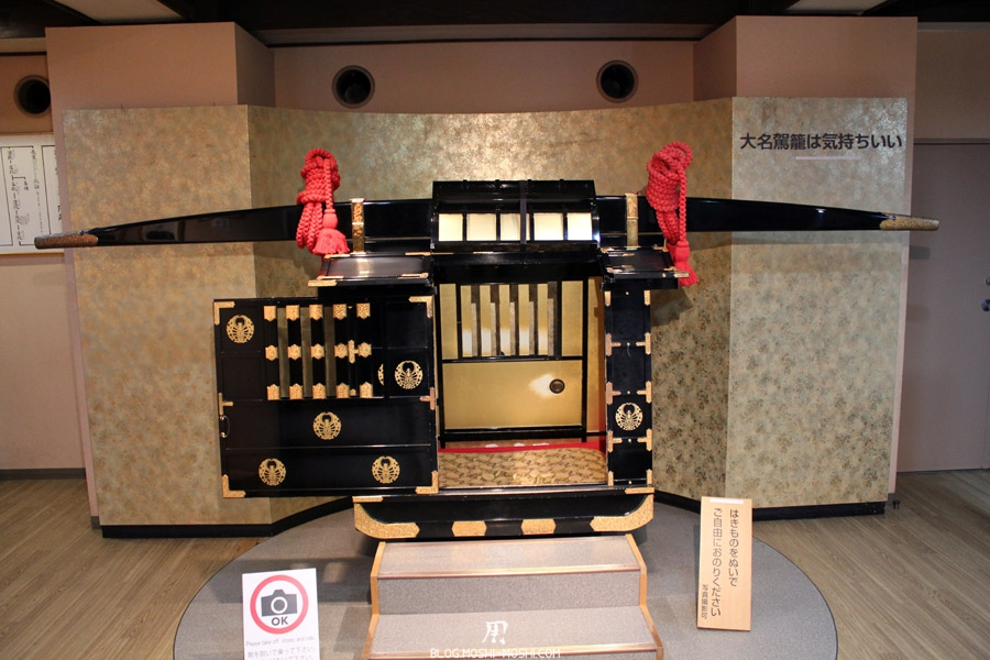 Okayama-chateau-corbeau-saison-momiji-porteurs