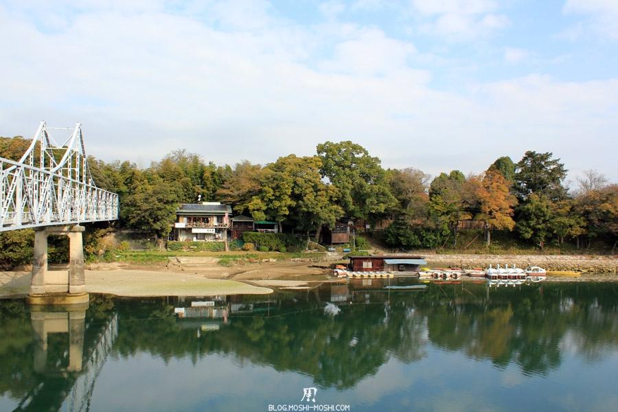 okayama-chateau-corbeau-saison-momiji-vue-berge-en-face