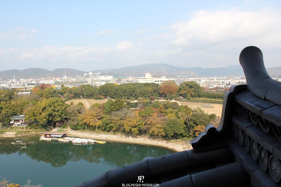 okayama-chateau-corbeau-saison-momiji-vue-toit-ville