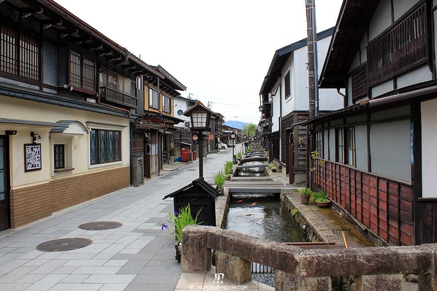 gifu-hida-furukawa-vieille-ville-petits-canaux-rue-carrelee