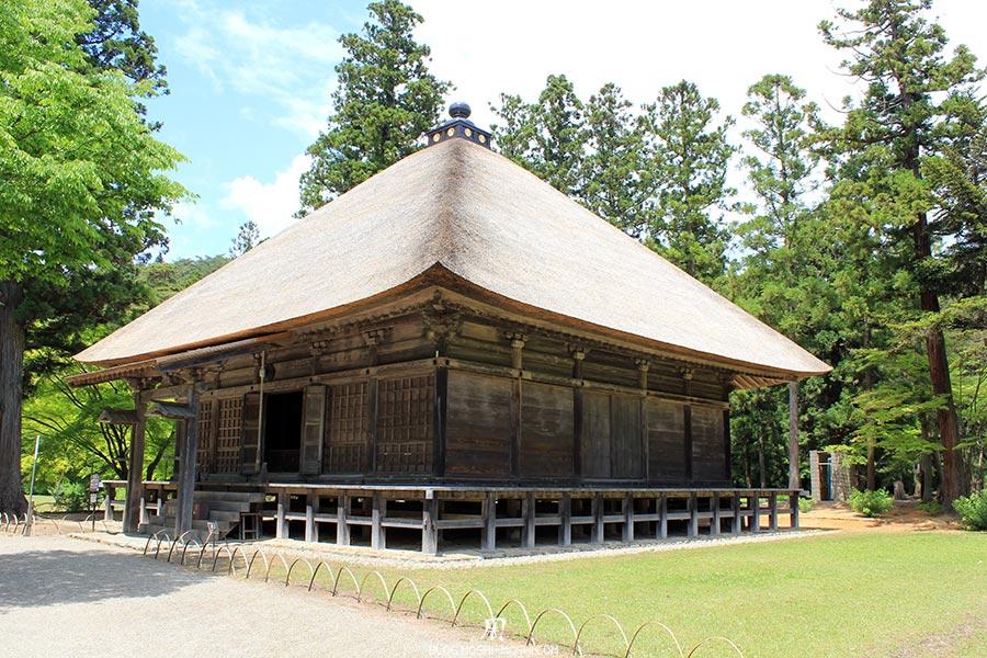 hiraizumi-patrimoine-unesco-motsu-ji-jogyodo-hall-immense-toiture-paille