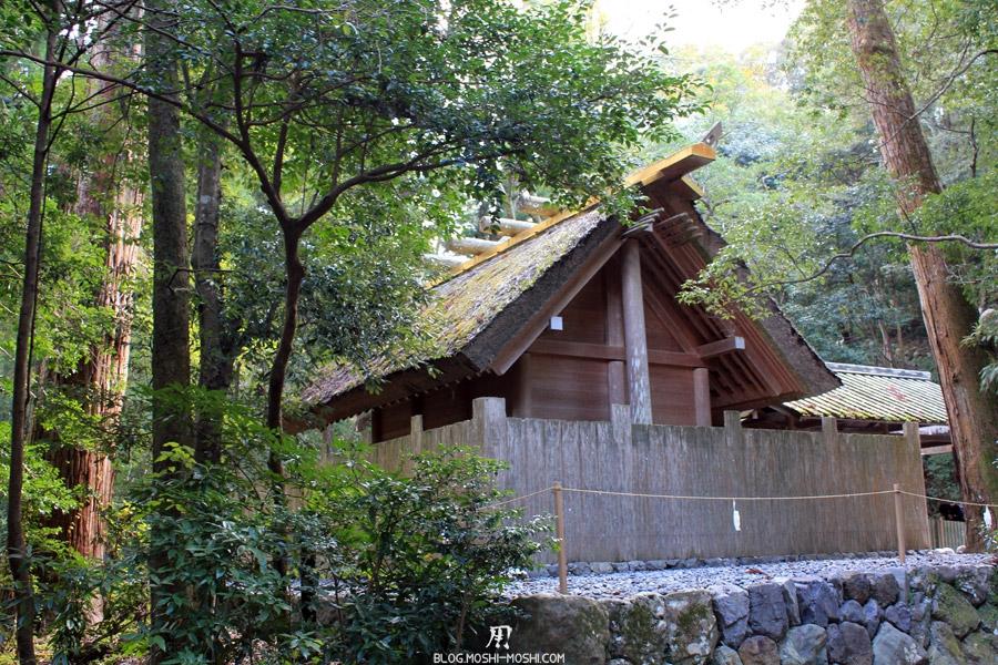 ise-jingu-sanctuaire-exterieur-geku-petit-sanctuaire-toit-chaume