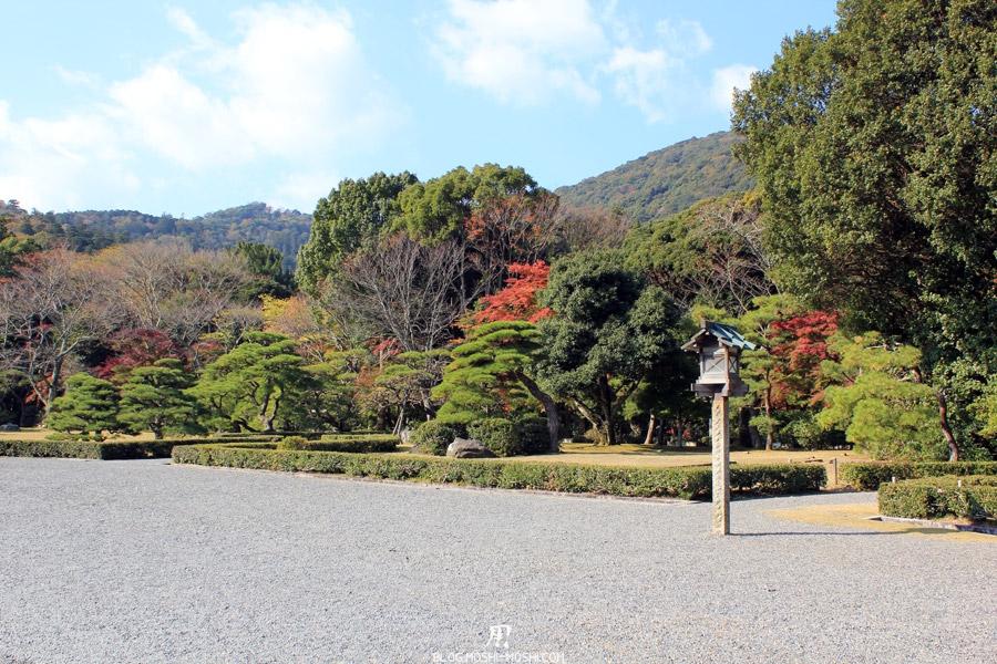 ise-jingu-sanctuaire-interieur-naiku-allee-entree-lanterne