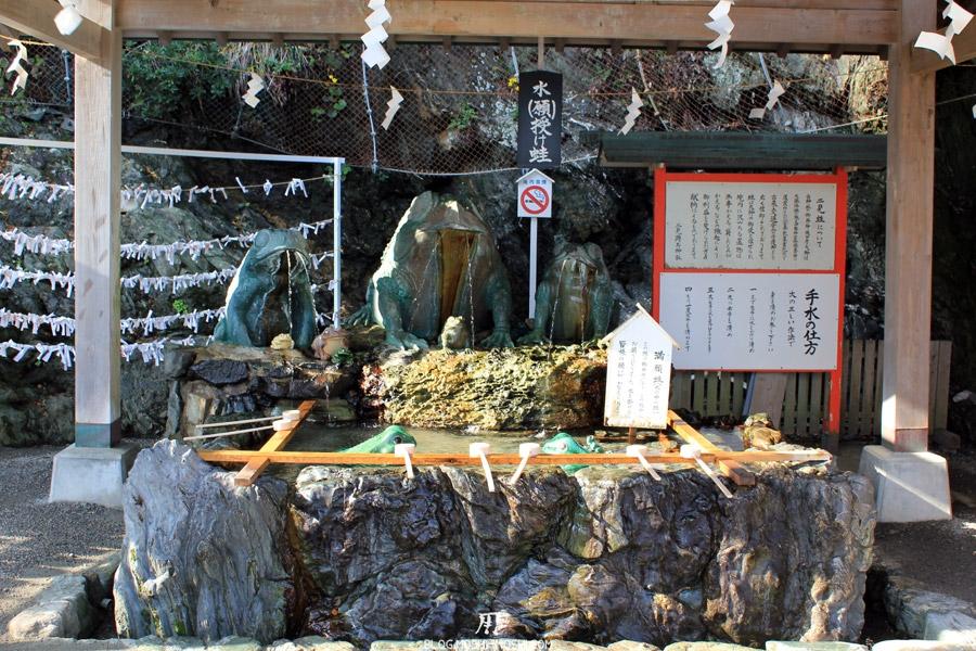 Meoto Iwa rochers-maries-chozuya-purifier-laver-main