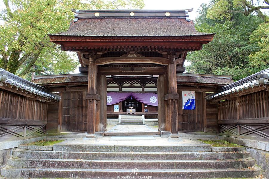 iwakuni-yamaguchi-entree-sanctuaire-torii-bois-toit-paille