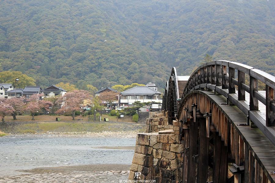 iwakuni-yamaguchi-pont-kintai-gros-plan-riviere-nishiki-sakura