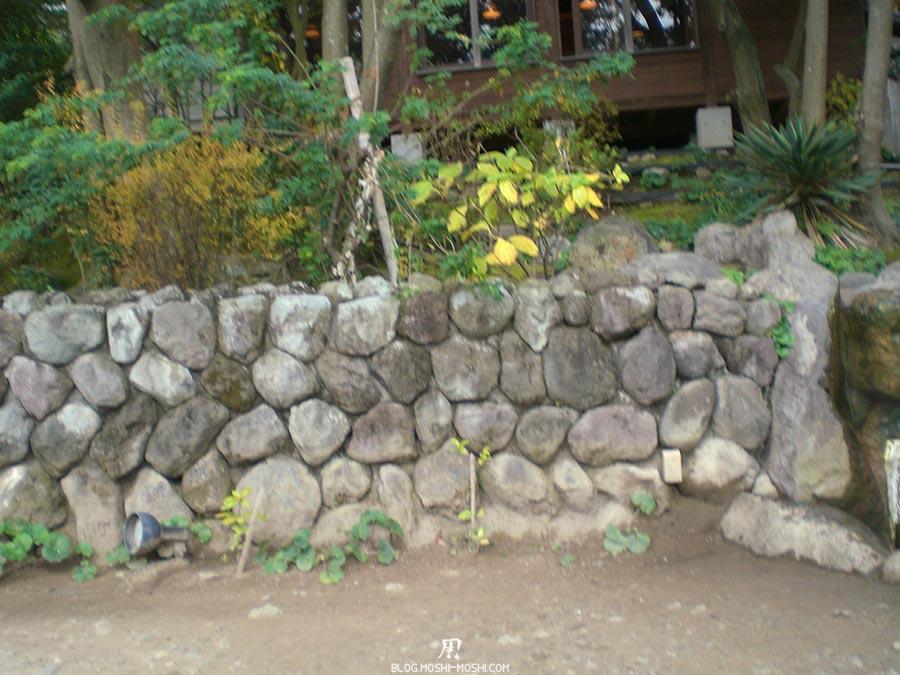 japon-vu-par-enfant-4-ans-beppu-enfers-vegetation-mur-pierres