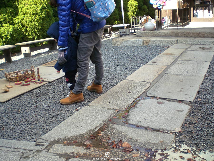 japon-vu-par-enfant-4-ans-jouet-sol-enfant