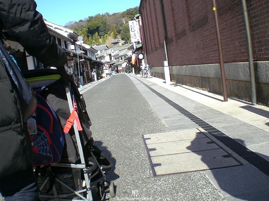 japon-vu-par-enfant-4-ans-kurashiki-rue-maman-dos