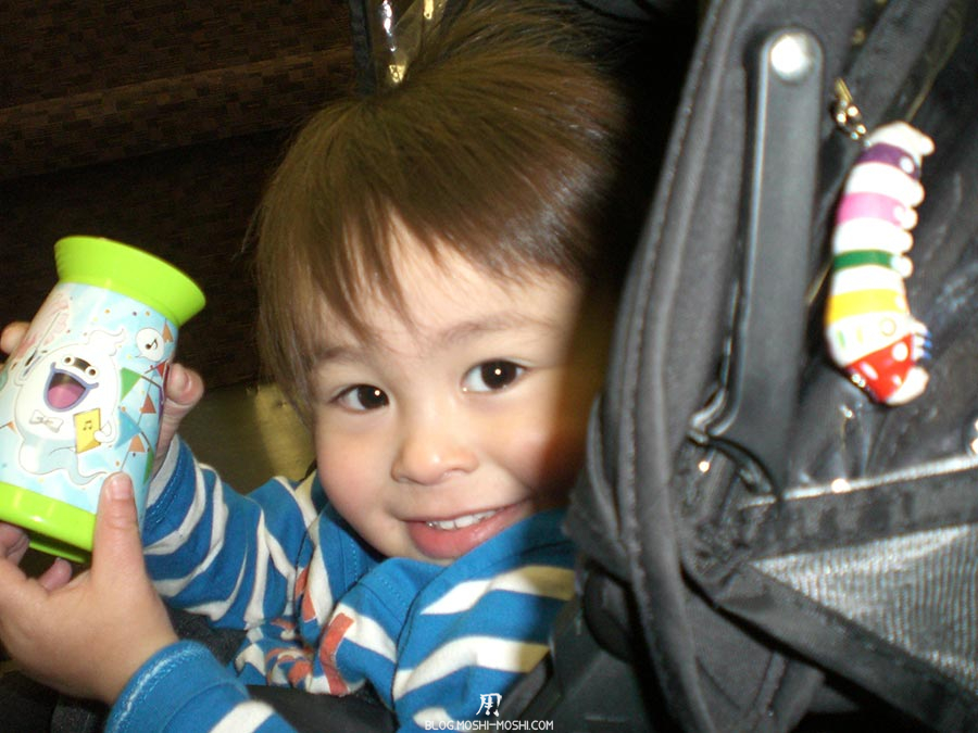 japon-vu-par-enfant-4-ans-kyushu-train-local-petit-frere-portrait-poussette