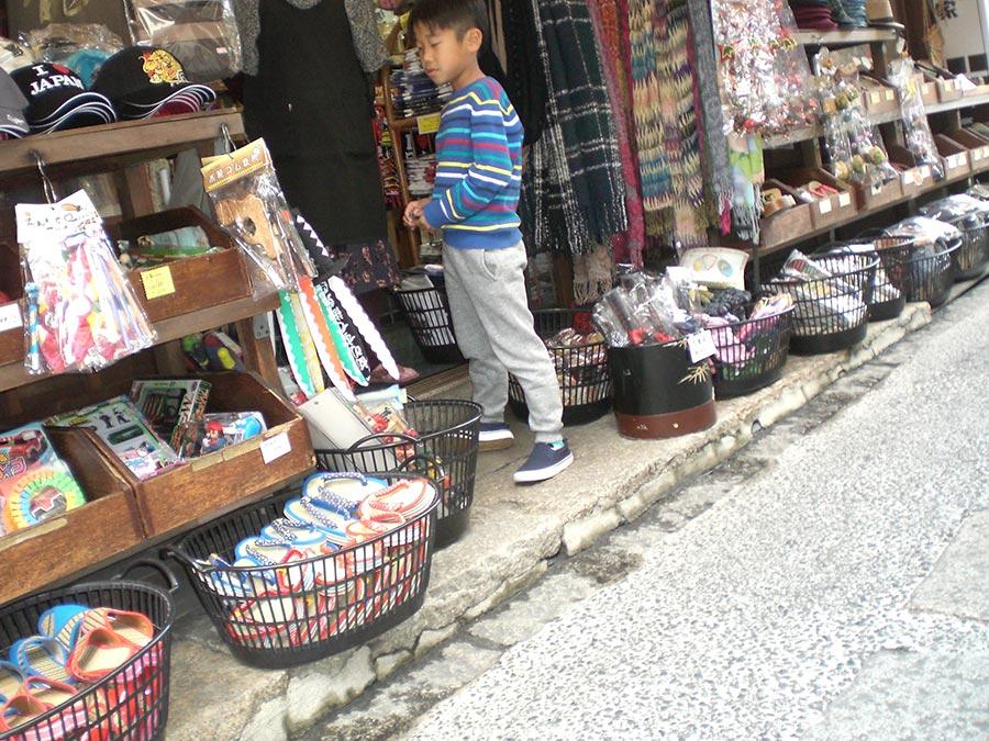 japon-vu-par-enfant-4-ans-magasin-souvenir-enfant