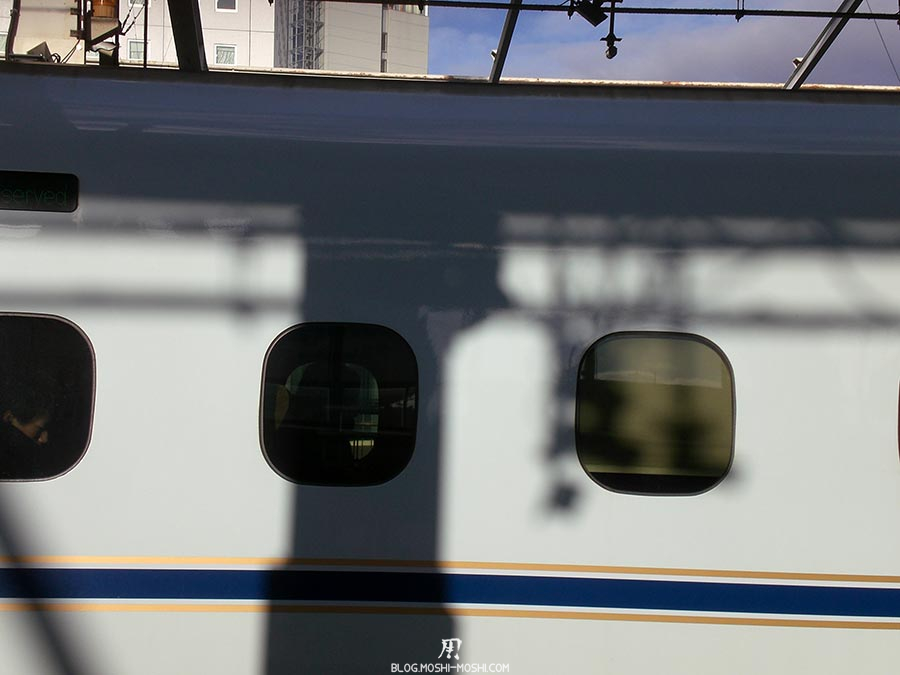 japon-vu-par-enfant-4-ans-shinkansen-depart-fenetres
