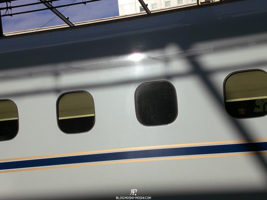 japon-vu-par-enfant-4-ans-shinkansen-fenetres-reflet-soleil