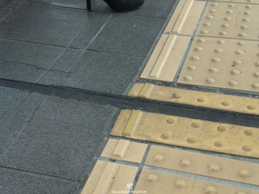 japon-vu-par-enfant-4-ans-sol-gare-detail-special-handicape