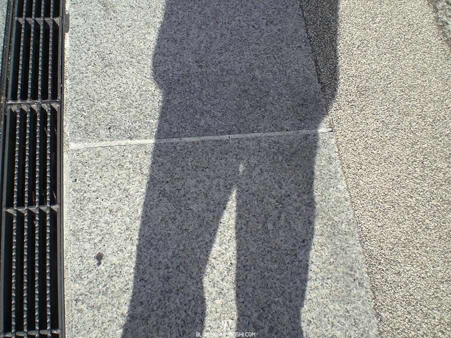japon-vu-par-enfant-4-ans-sol-grille-ombre-gros-plan