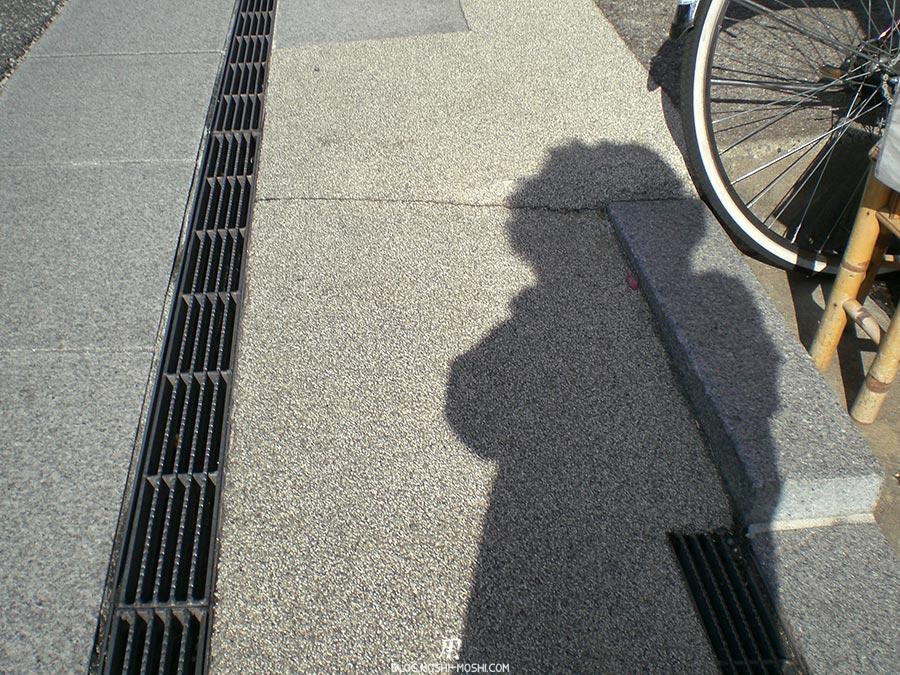 japon-vu-par-enfant-4-ans-sol-grille-ombre