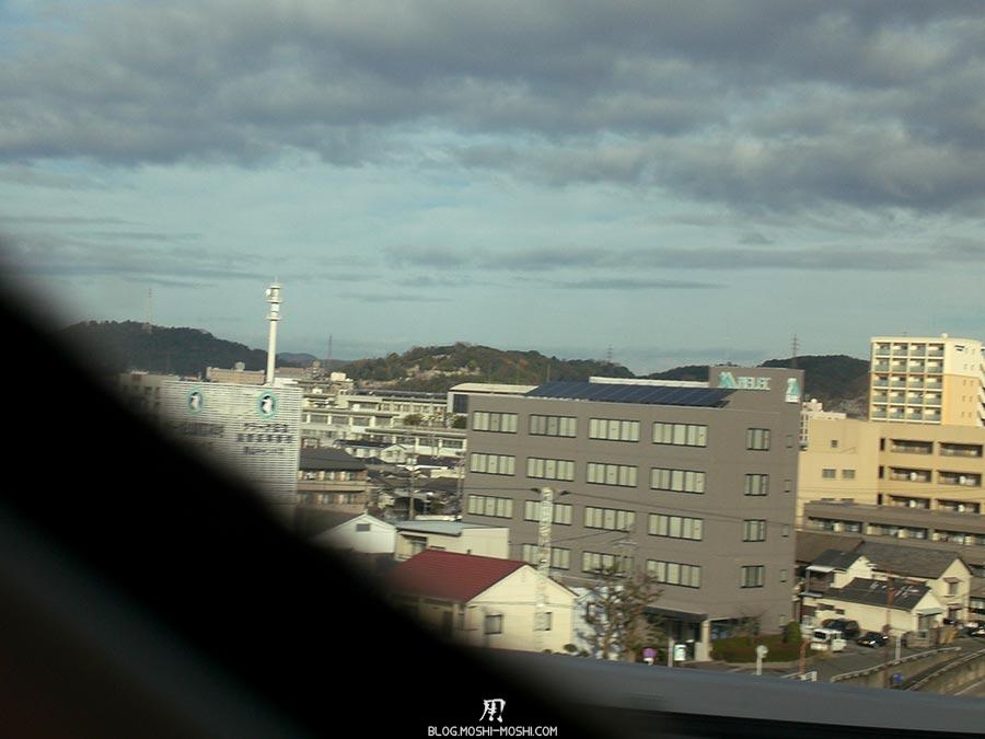 japon-vu-par-enfant-4-ans-vue-depuis-shinkansen-immeubles