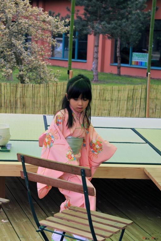 Paris-jardin-japonais-ceremonie-du-the-jeune-assistante
