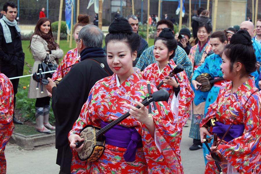 Paris-jardin-japonais-parade-okinawa-kimono-traditionnel-fille