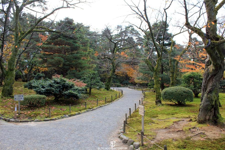kanazawa-kenrokuen-saison-momiji-allee-arbres-sans-feuilles