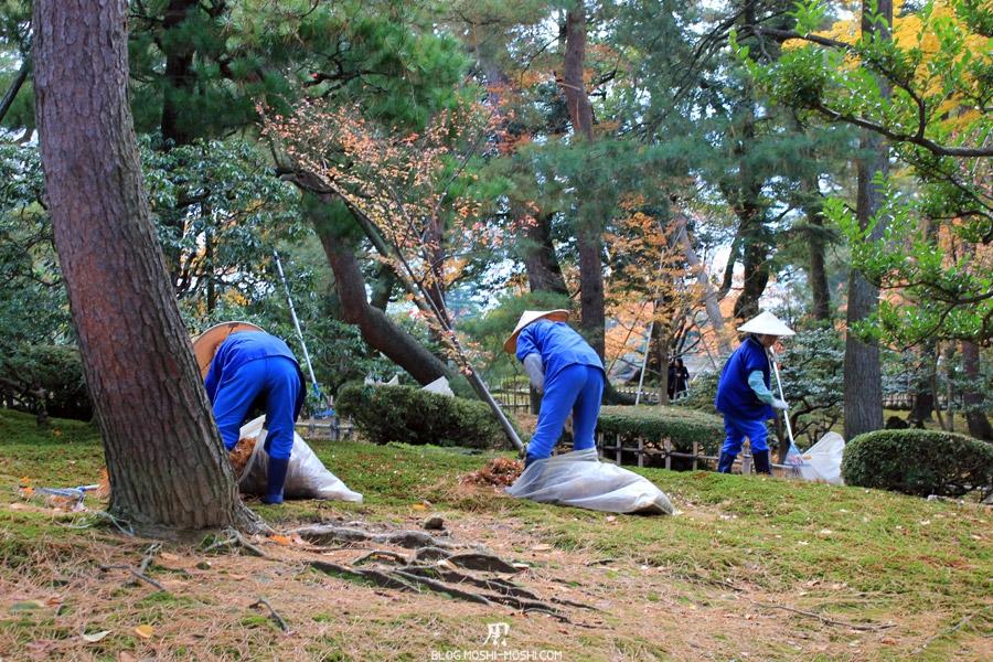 kanazawa-kenrokuen-saison-momiji-entretien-du-jardin
