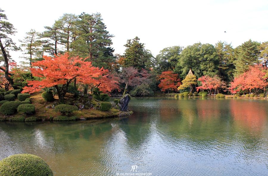 kanazawa-kenrokuen-saison-momiji-etang-kasumigaike-ilot-momiji