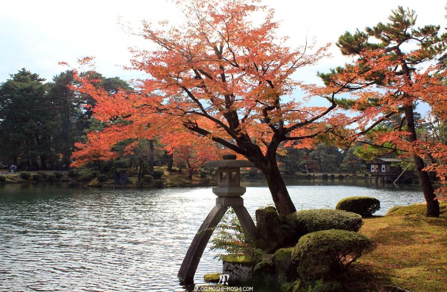 kanazawa-kenrokuen-saison-momiji-etang-kasumigaike-lanterne-vue-centre