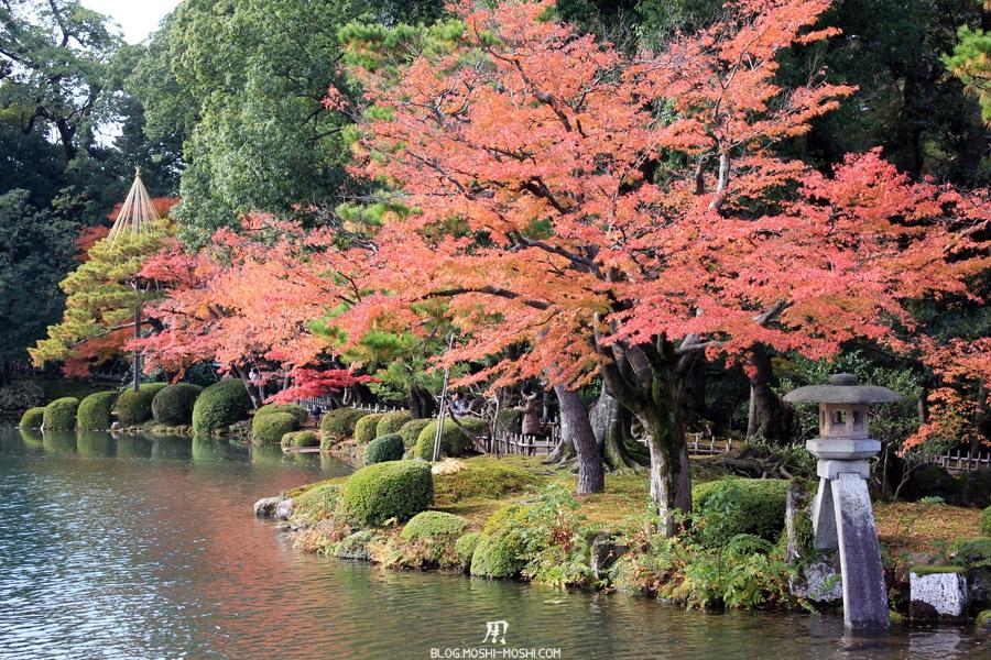 jardin Kenroku-en kanazawa-kenrokuen-saison-momiji-etang-kasumigaike-lanterne-vue-cote