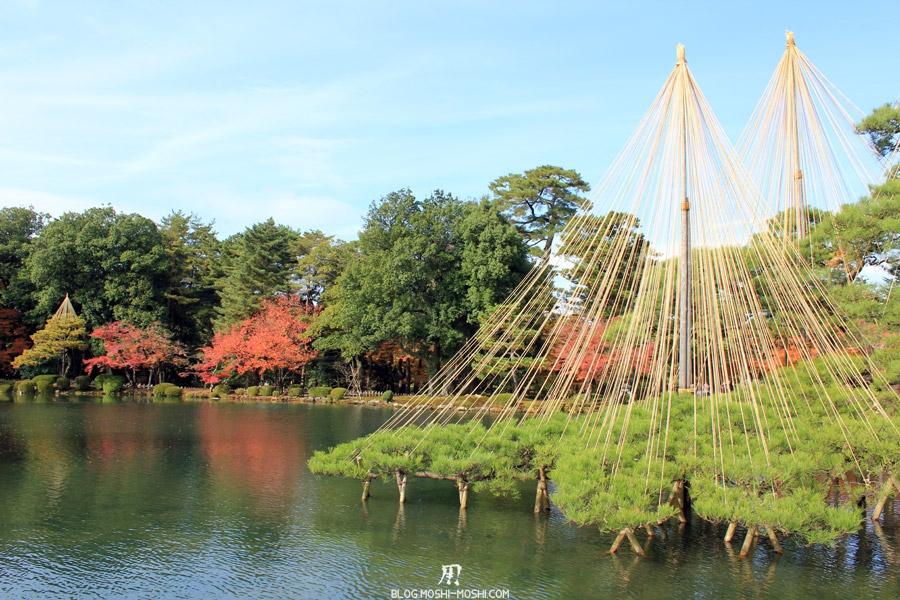 kanazawa-kenrokuen-saison-momiji-etang-kasumigaike-yukitsuri-pin-sur-eau