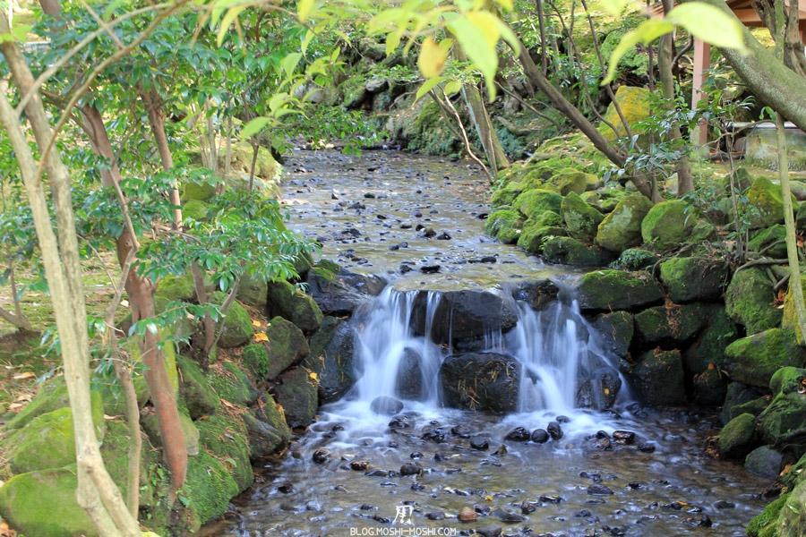 kanazawa-kenrokuen-saison-momiji-mini-cascade-ruisseau