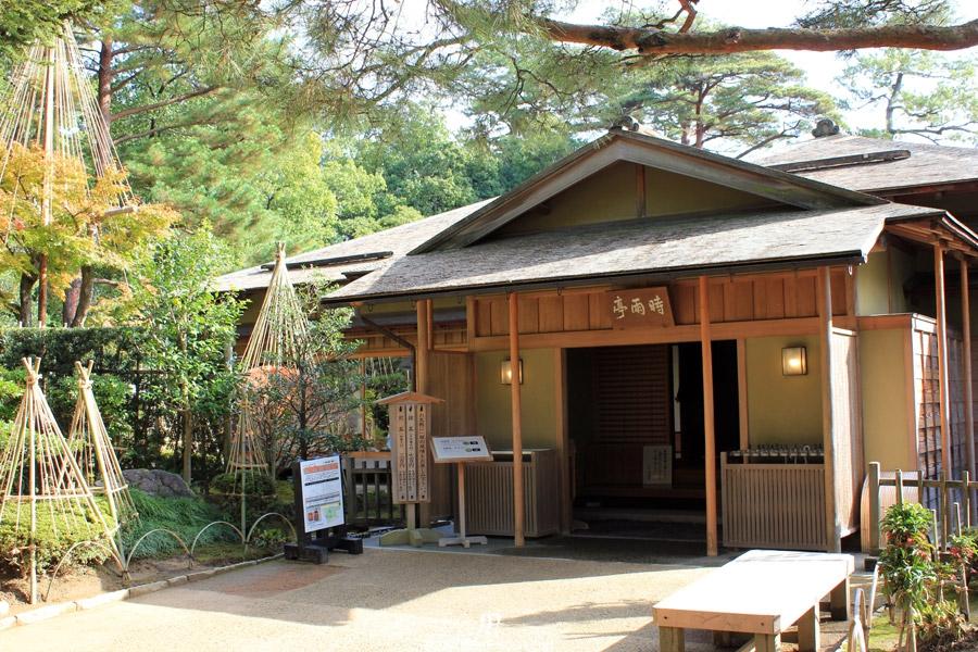 kanazawa-kenrokuen-saison-momiji-pavillon-the