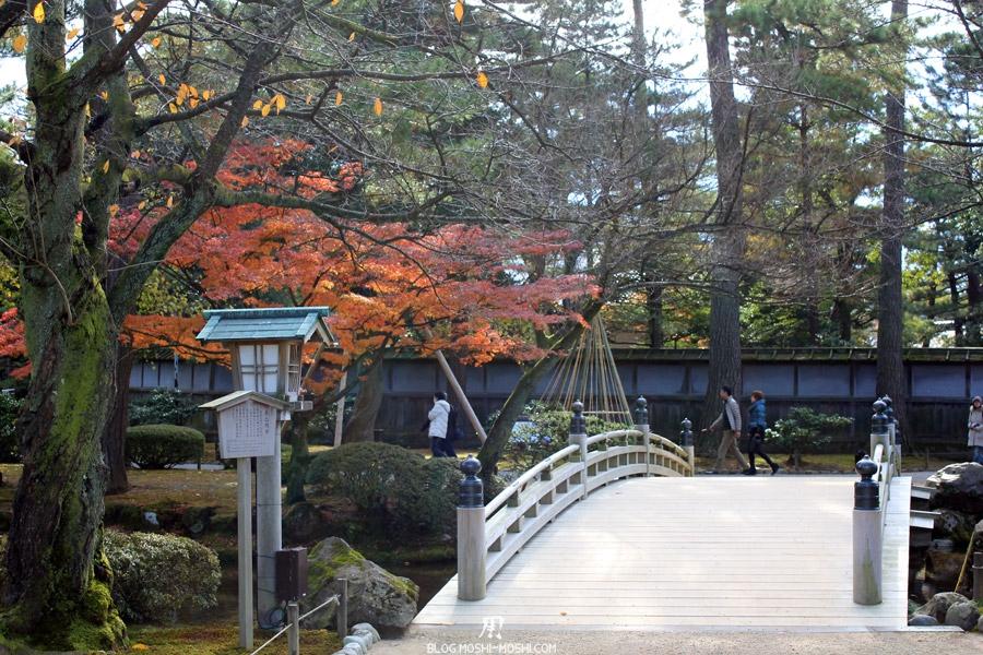 kanazawa-kenrokuen-saison-momiji-pont-bois-japonais