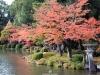 kanazawa-kenrokuen-saison-momiji-etang-kasumigaike-lanterne-vue-cote