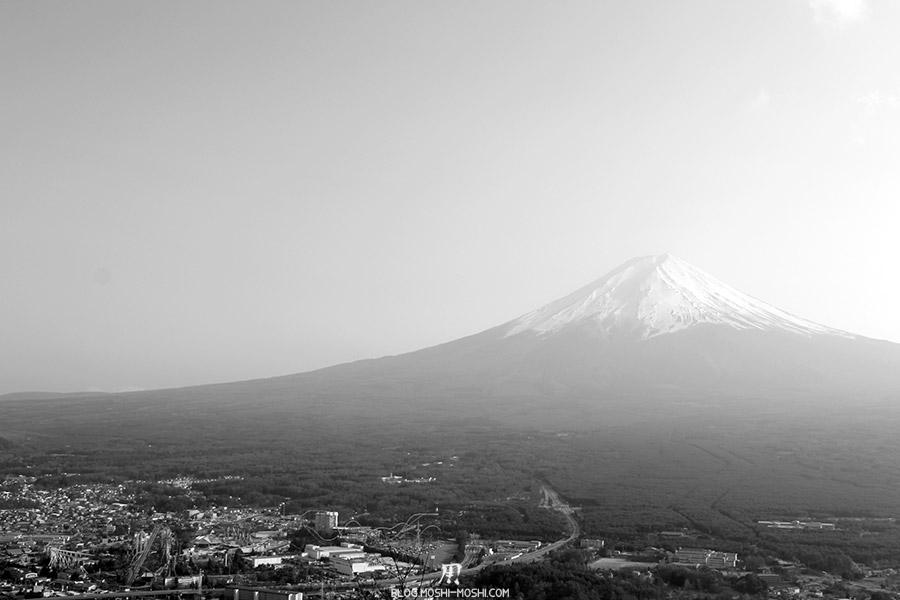 repos-lac-kawaguchiko-telepherique-mont-kachi-kachi-mont-fuji-noir-et-blanc