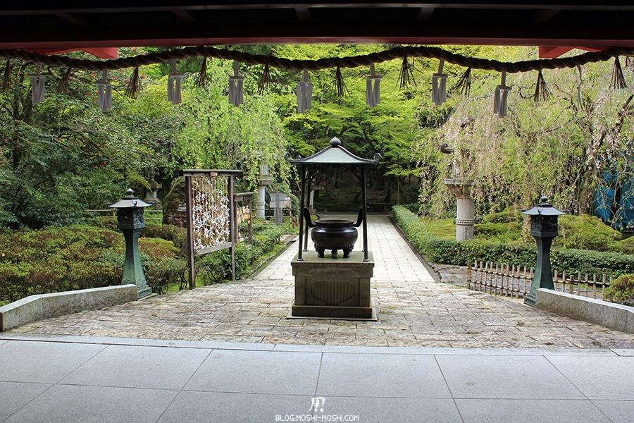 komatsu-temple-natadera-lanterne-encens-corde-sacree