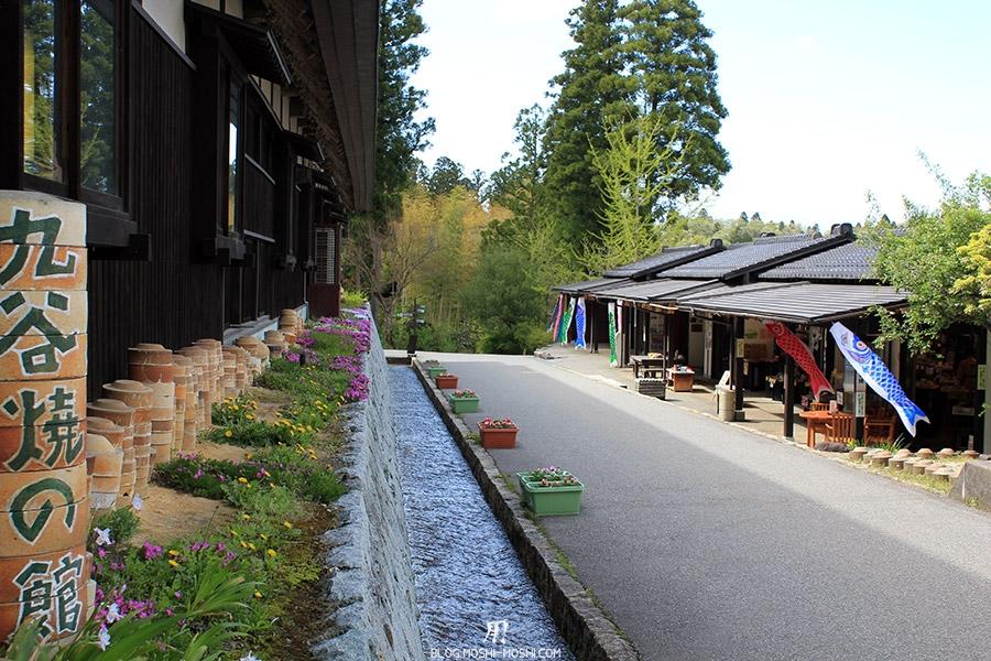 Yunokuni no mori Komatsu-kodomo-no-hi-allee-ruisseau-koi-poterie