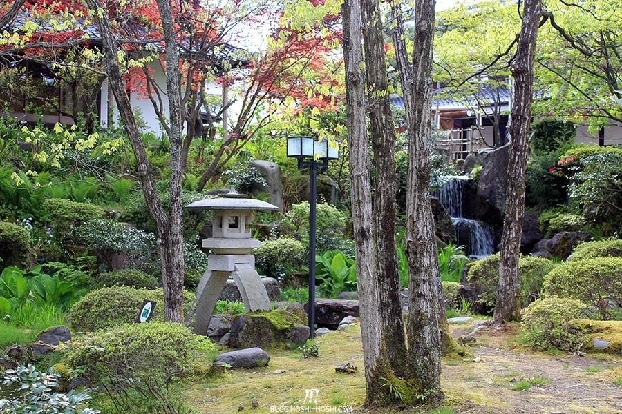 komatsu-yunokuni-no-mori-kodomo-no-hi-cascade-bois-lanterne-pierre