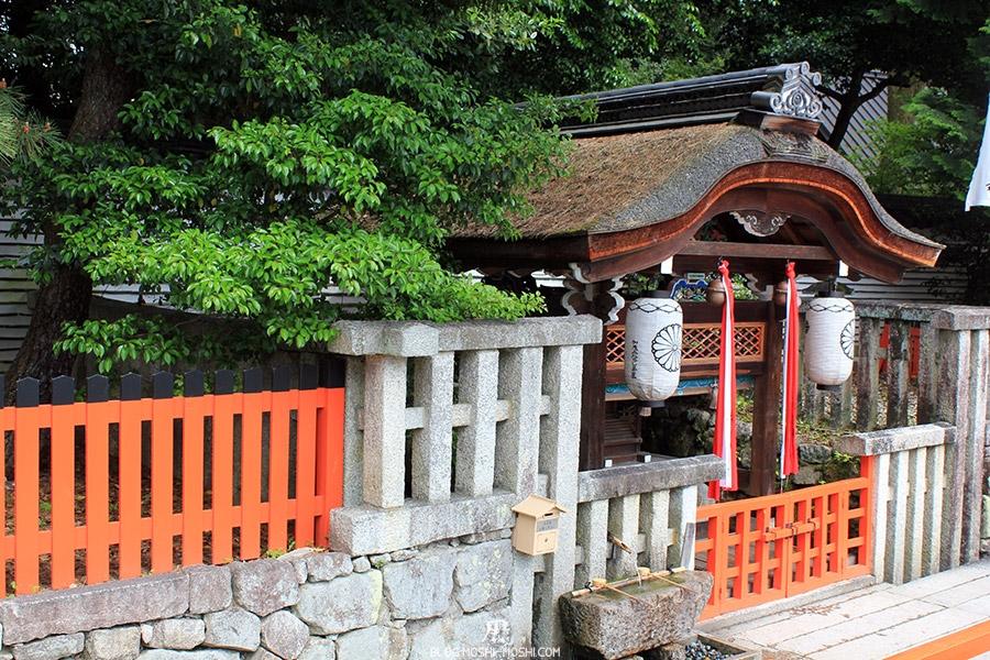 kyoto-aoi-matsuri-sanctuaire-shimogamo-jinja-bel-autel-gros-plan