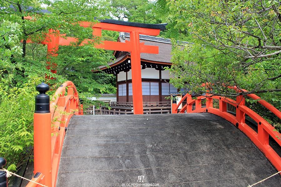 kyoto-aoi-matsuri-sanctuaire-shimogamo-jinja-pont-traditionnel-japonais-rouge-arque-torii