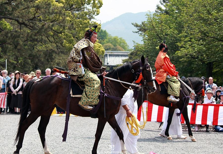 kyoto-aoi-matsuri-palais-imperial-cavalier-courbe-kimono