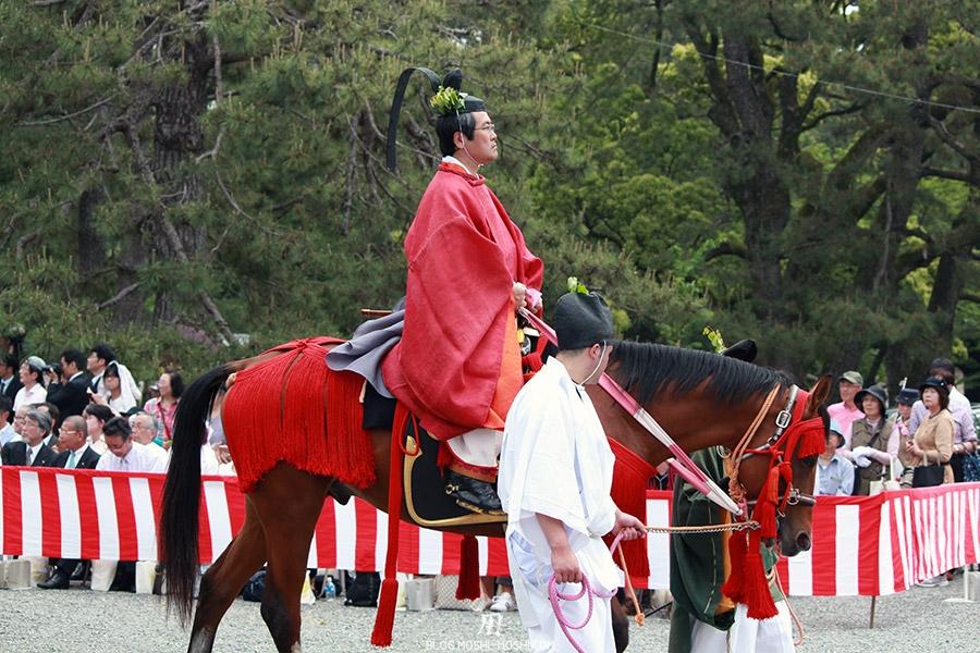 kyoto-aoi-matsuri-palais-imperial-cavalier-kimono-rouge-katana