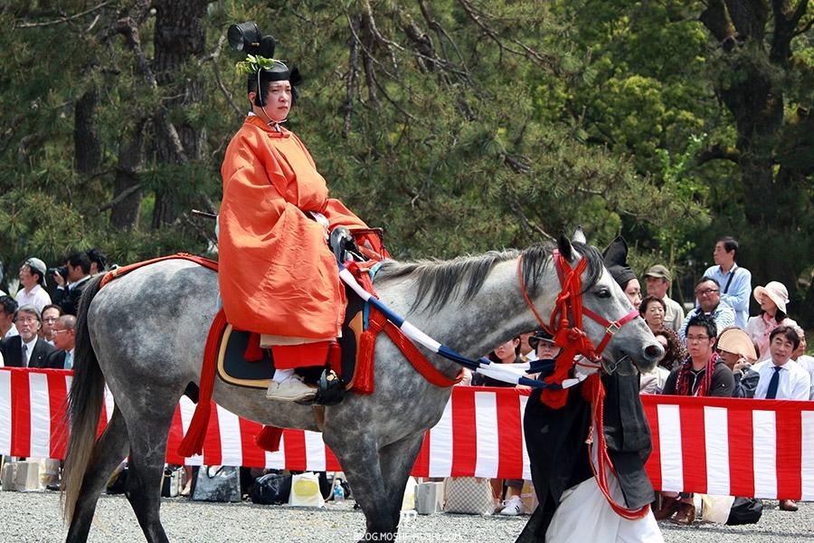kyoto-aoi-matsuri-palais-imperial-cavalier-pret-degainer-katana