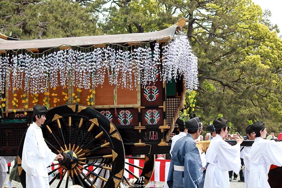 kyoto-aoi-matsuri-palais-imperial-charette-sacree-gros-plan-roues-bois-immenses