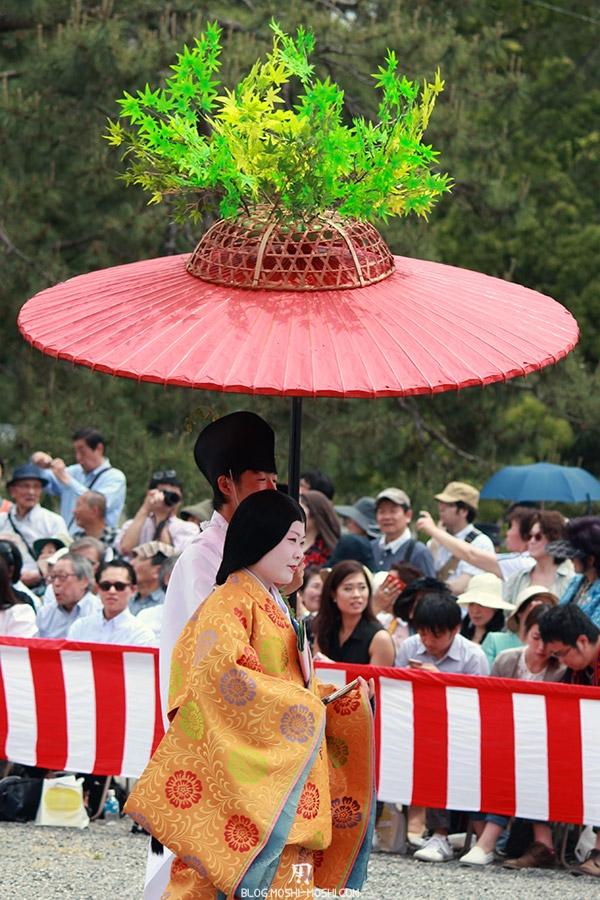 kyoto-aoi-matsuri-palais-imperial-defile-femme-nyoju-furyugasa-branches-feuilles-momiji