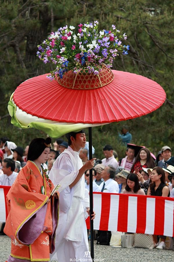 kyoto-aoi-matsuri-palais-imperial-defile-femme-nyoju-furyugasa-fleurs-multicolores
