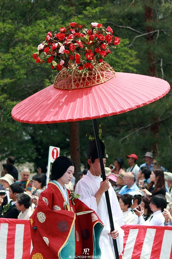 kyoto-aoi-matsuri-palais-imperial-defile-femme-nyoju-furyugasa-fleurs-rouges-kimono-rouge